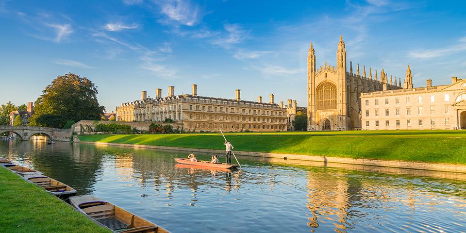 En af de velkendte både foran universitetet i Cambridge.