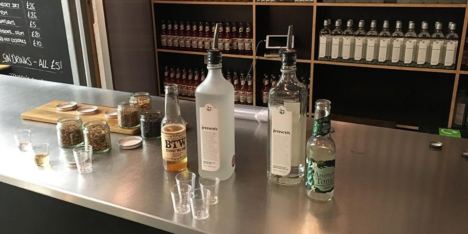 Smagsprøver hos Jensen's destilleri.