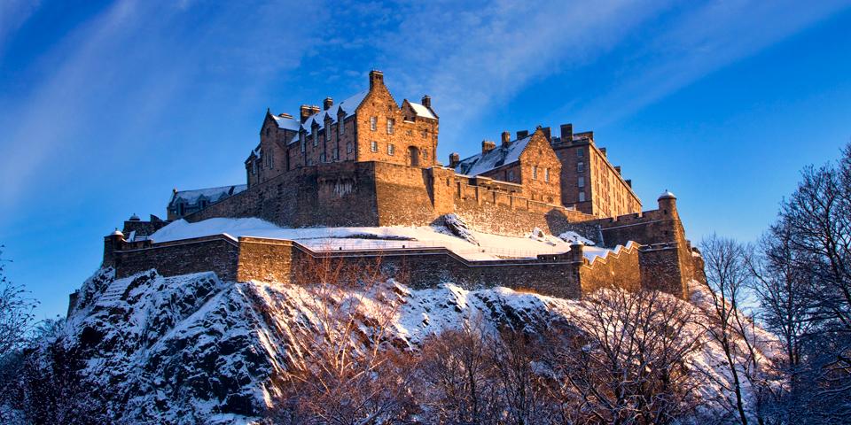 Et snedækket Edinburgh Castle.