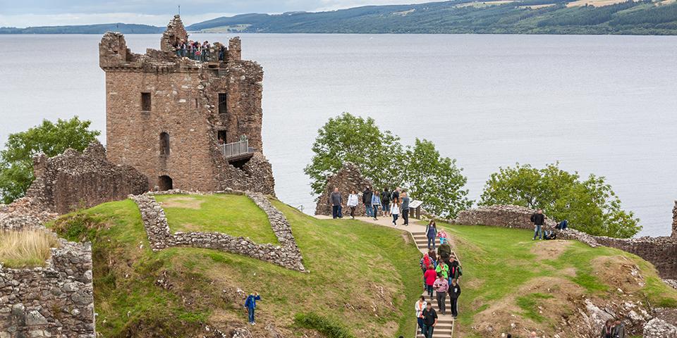 Urquhart Castle ved den sagnomspundne Loch Ness.