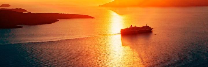 Krydstogt på vej i solnedgangen.