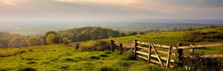 Cotswolds bakkede landskab.