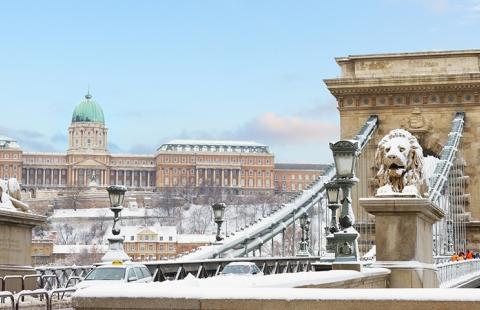 Vinterstemning på Kædebroen i Budapest.