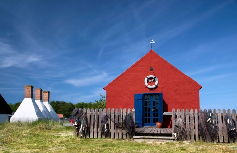 Klassiske rygeovne og rødt hus på Bornholm.