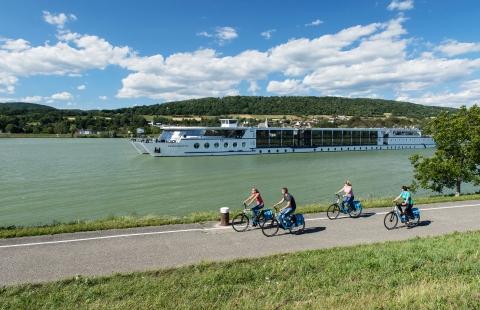 MS Primadonna og en gruppe cyklister.
