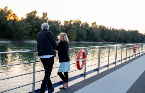Par nyder solnedgangen på Donau.