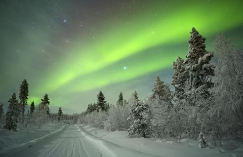 Vinter i Lapland med nordlys.