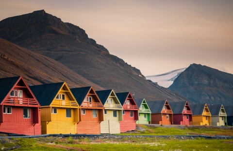 Farverige huse i Longyearbyen.