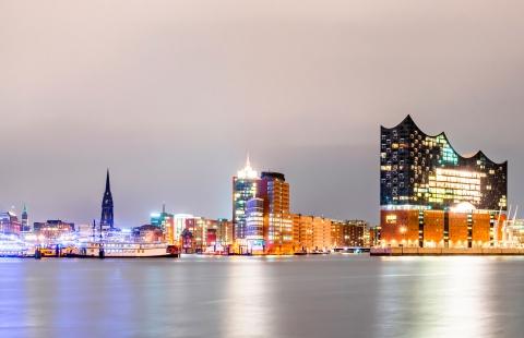 Natteoplyst havn i Hamborg.