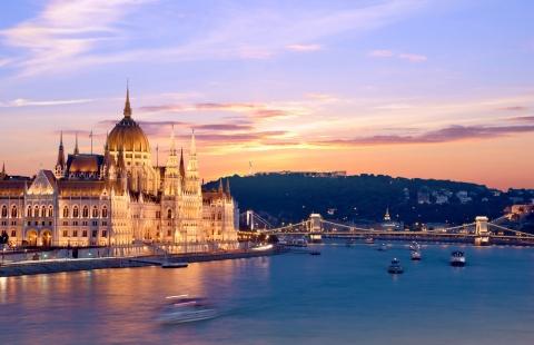 Aftenlys over parlamentsbygningen i Budapest.