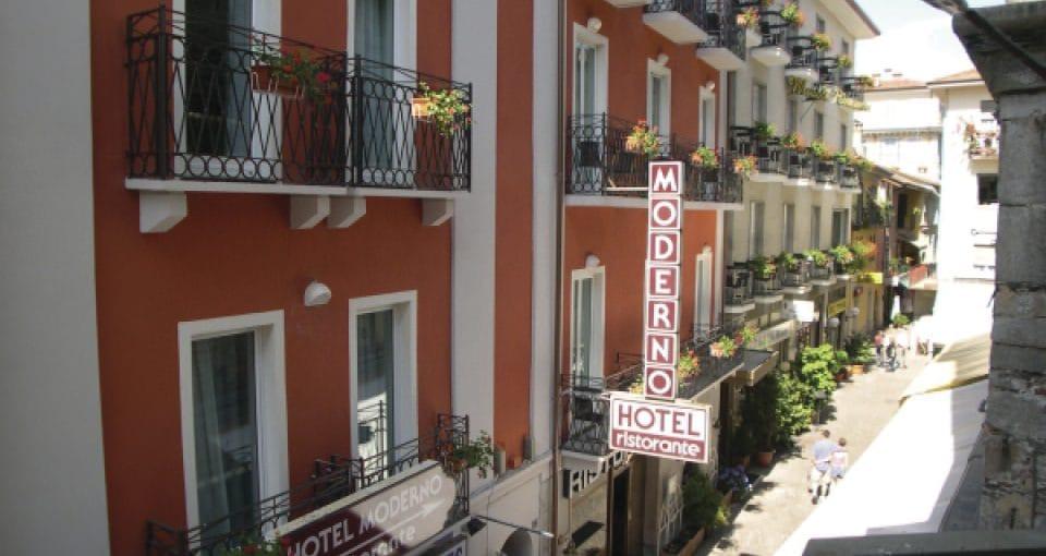 Indgangen til vores hyggelige Hotel Moderno.