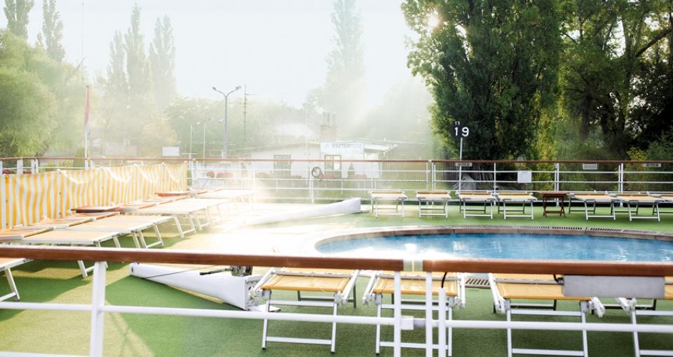 Den opvarmede pool på øverste dæk af A-Rosa Riva.