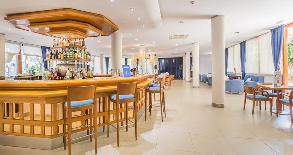 På hotellets findes der en indbydende indendørs bar og lounge.