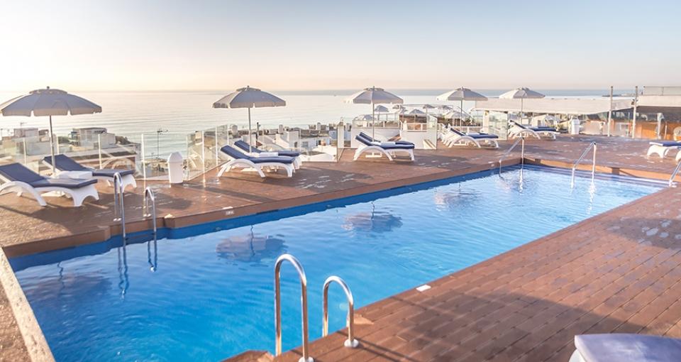 Fra poolområdet på tagterrassen er der en skøn udsigt over Middelhavet.