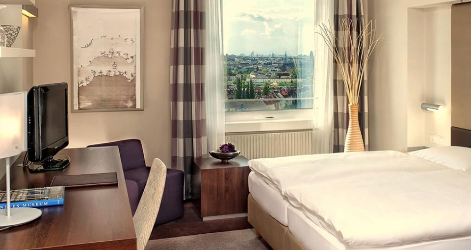 Eksempel på et standard dobbeltværelse på Hotel Estrel, Berlin.