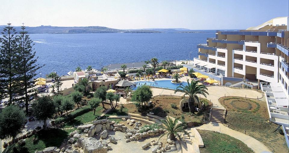 Hotel Dolmen ligger smukt ud mod St. Pauls Bay og Middelhavet.