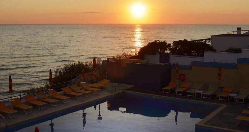 Solnedgang over poolen på Grand Hotel dei Cesari.