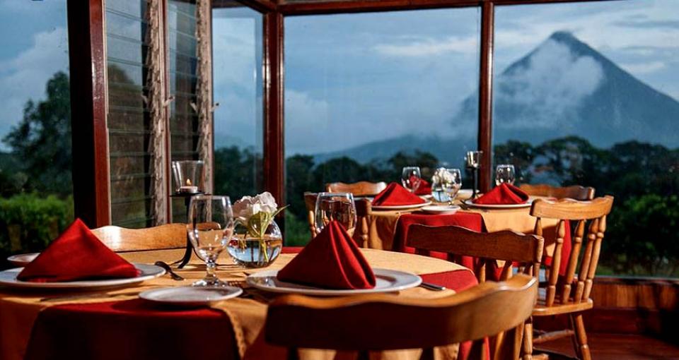 Hotellets restaurant har en fantastisk udsigt.