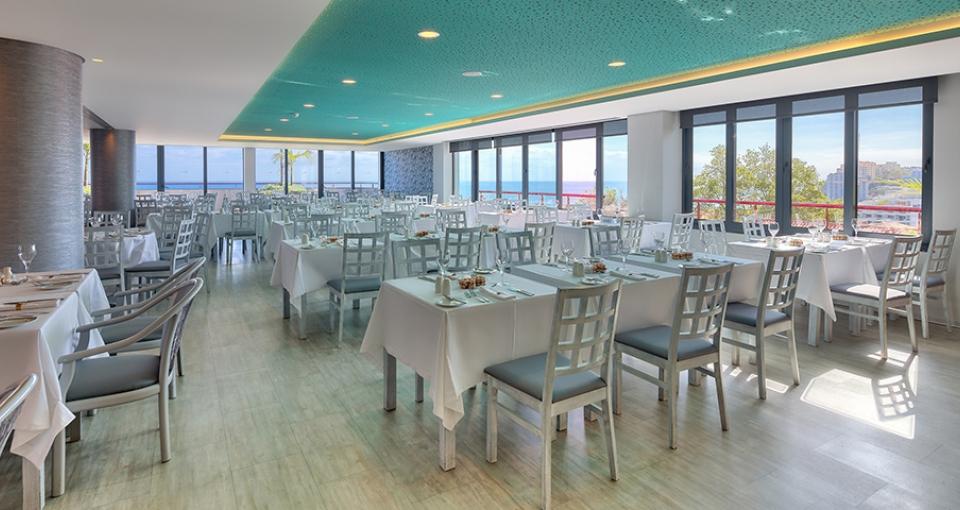 Hotellets restaurant byder på en flot udsigt til Atlanterhavet.