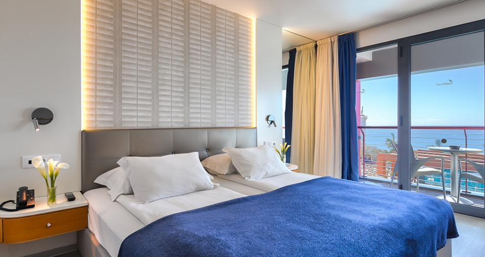 Eksempel på dobbeltværelse med havudsigt på Four Views Monumental Lido.