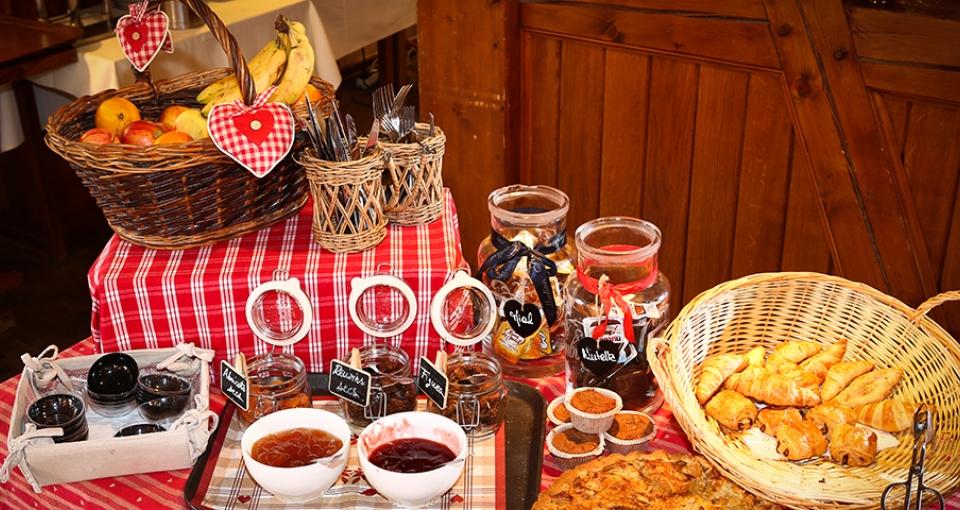 Morgenbuffeten på Hotel La Ferme du Pape.