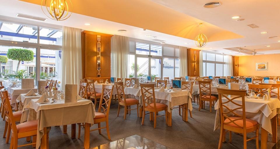 Indendørs restaurant på Mac Puerto Marina.