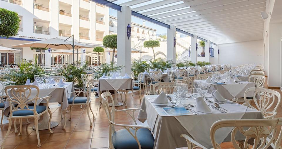 Udendørs restaurant på Mac Puerto Marina.