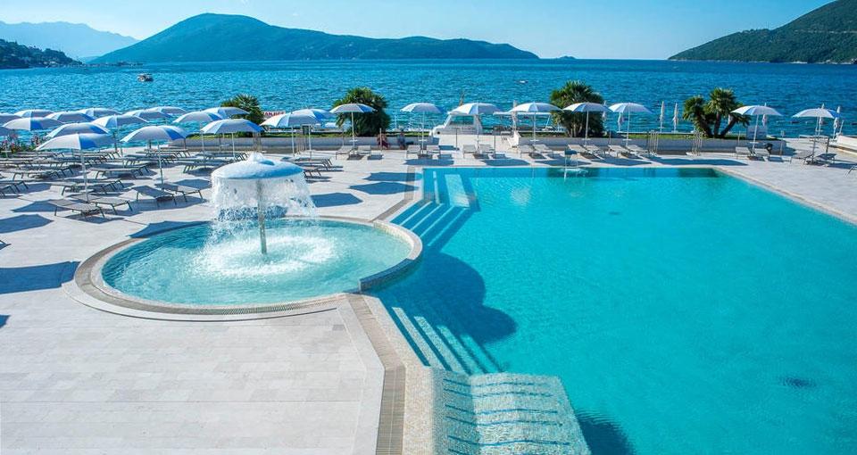 Det indbydende poolområde på Palmon Bay Hotel & Spa.