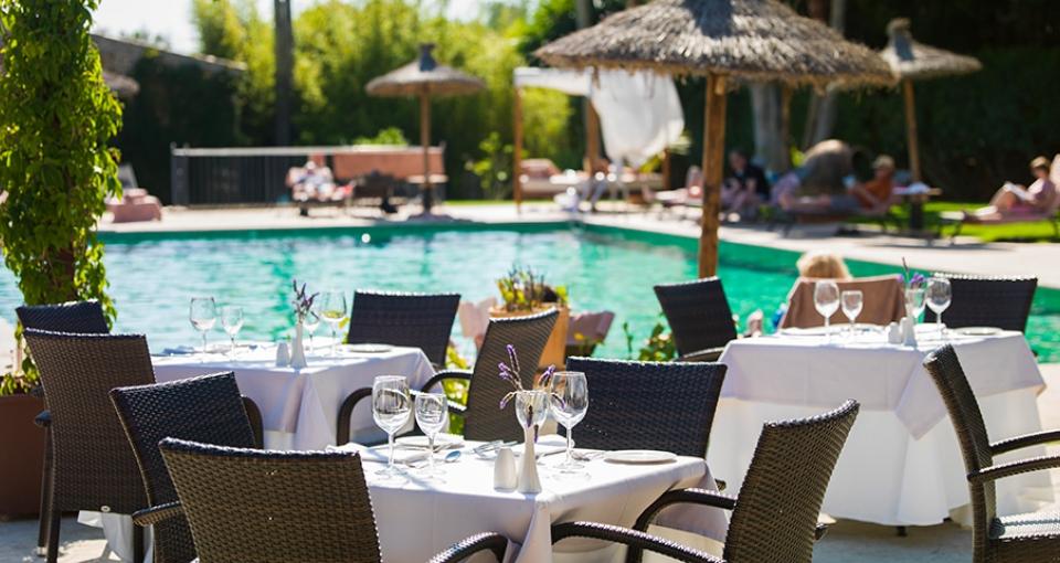 En af hotellets restauranter med poolen i baggrunden.
