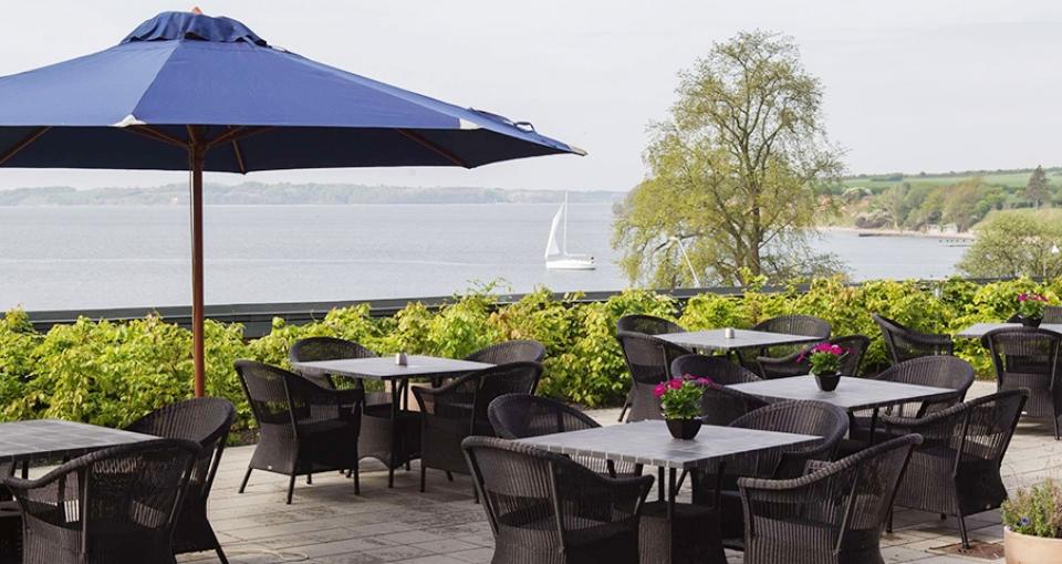 Hotel Sønderborg Strand har en skøn terrasse med udsigt over fjorden.