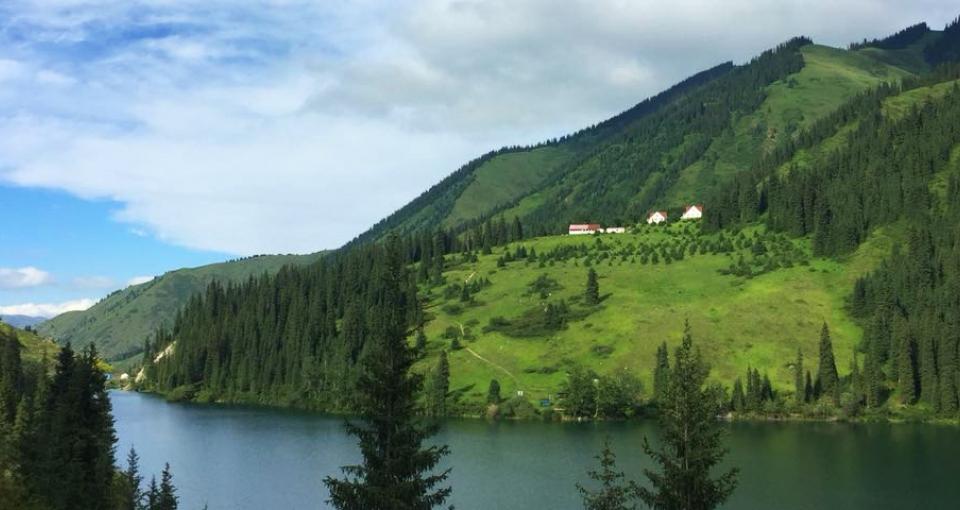 Guesthouse Zhibek Zholy er ikke luksus, men det er omgivelserne.