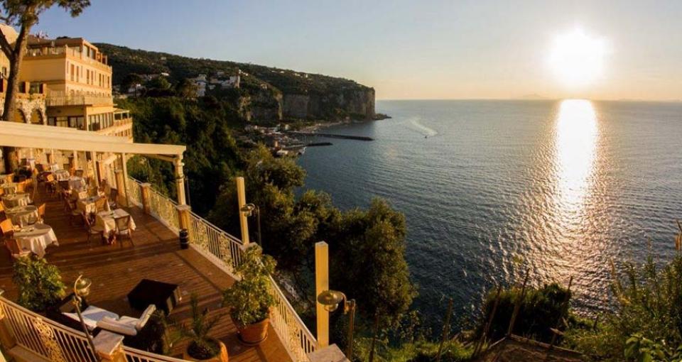 Nyd solnedgangen fra terrasen på Hotel Sporting.