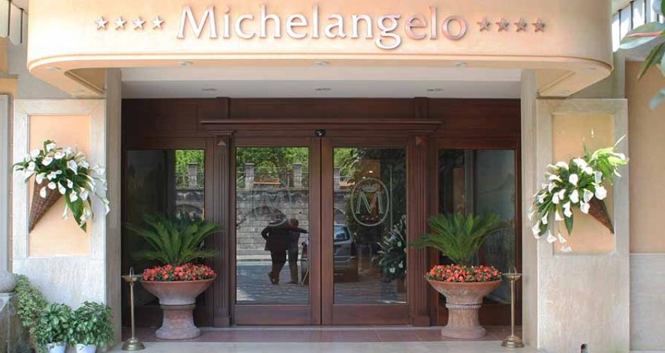 Indgangen til det 4-stjernede Hotel Michelangelo.