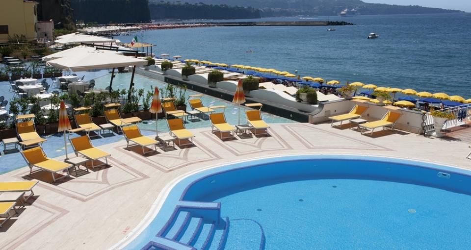 Poolområde på Mar Hotel Alimuri.