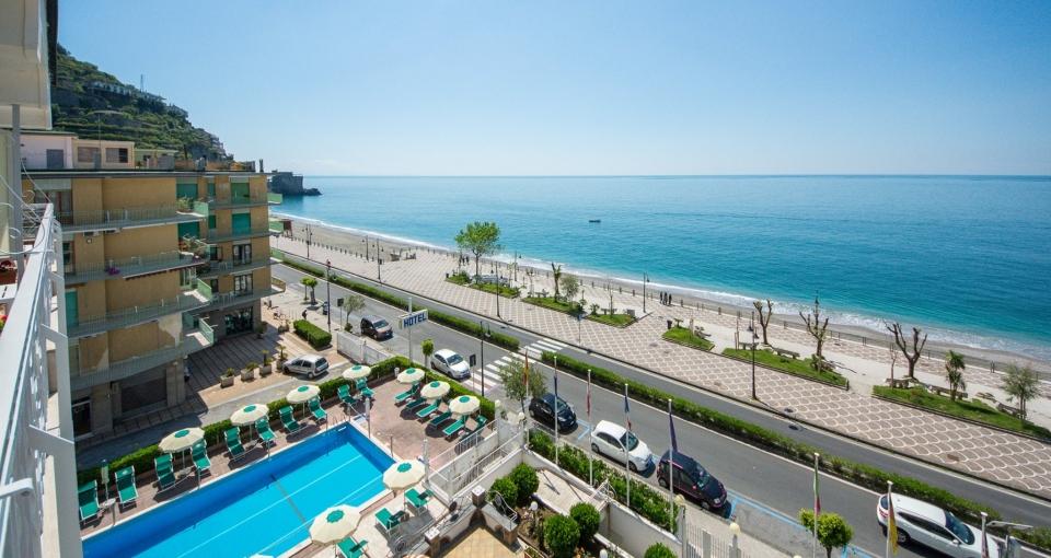 Hotellet ligger lige ved kysten.
