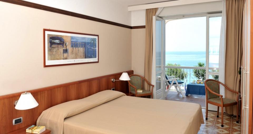 Standard værelse med balkon og havudsigt.