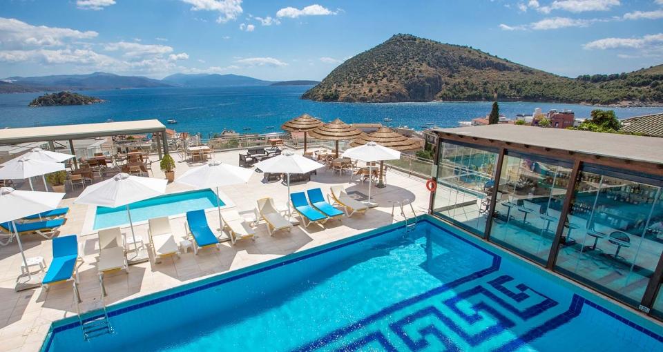Hotel John & George - Udsigten over poolen.