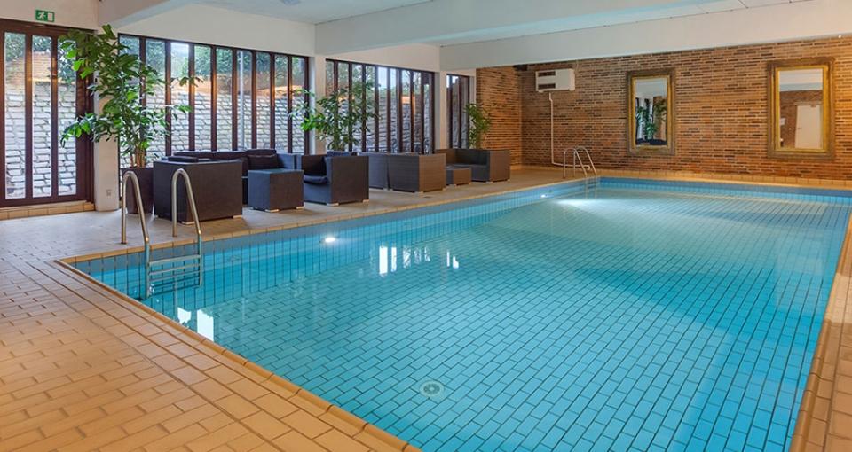 Nyd en afslappende stund i poolen på Kryb i Ly Kro.