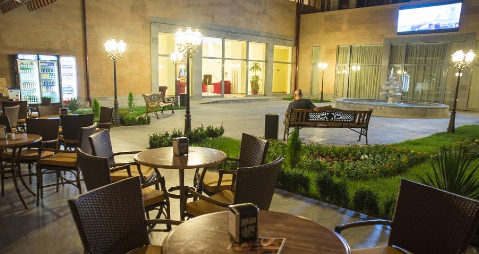 Den hyggelige restaurant og bar på Ani Plaza Hotel.