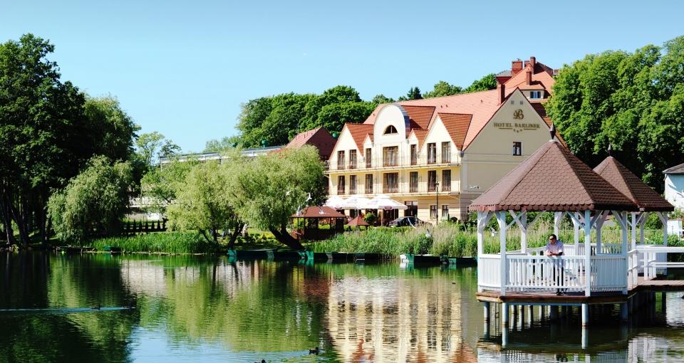 Hotel Barlinek ligger malerisk ud til byens lille sø.