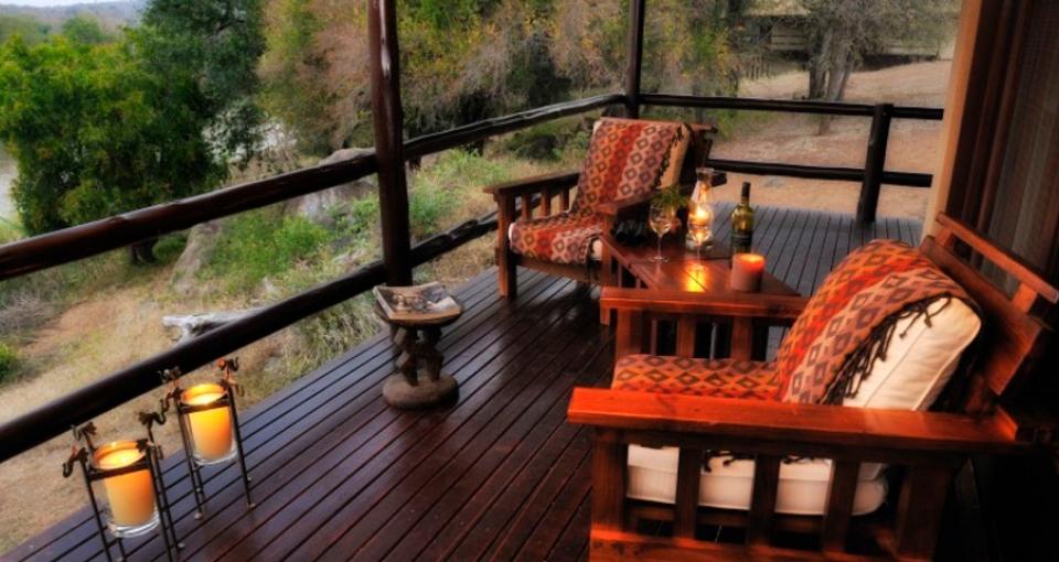 Fra værelsets terrasse kan man nyde udsigten til floden.
