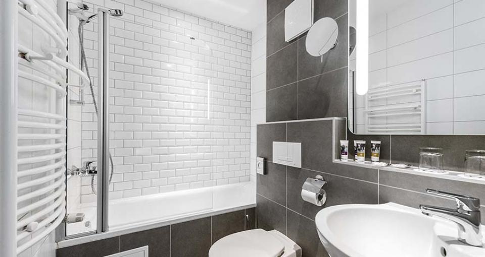 Flotte og indbydende badeværelser på Mercure Budapest City Center Hotel.