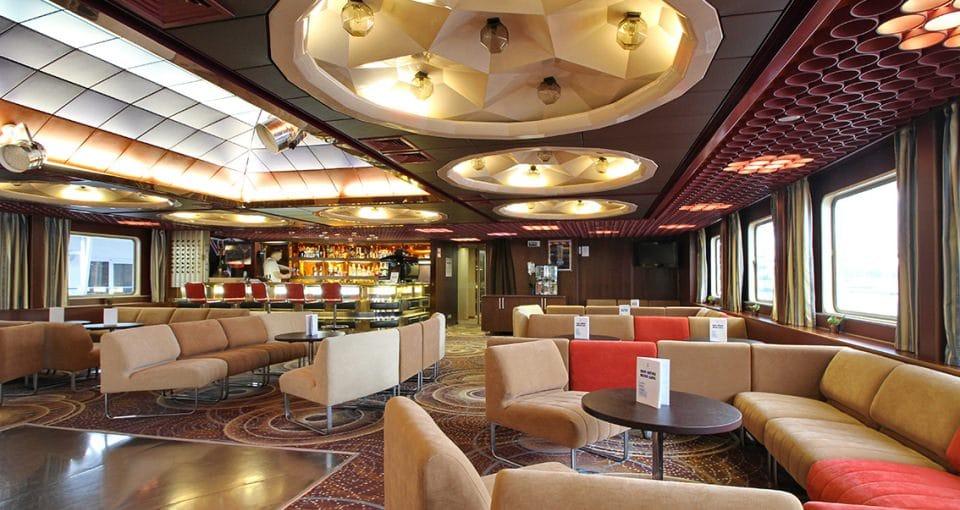 I den rummelige bar og lounge er der god plads til hyggelige stunder.