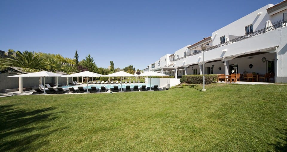 Området omkring poolen på Hotel Muralhas.