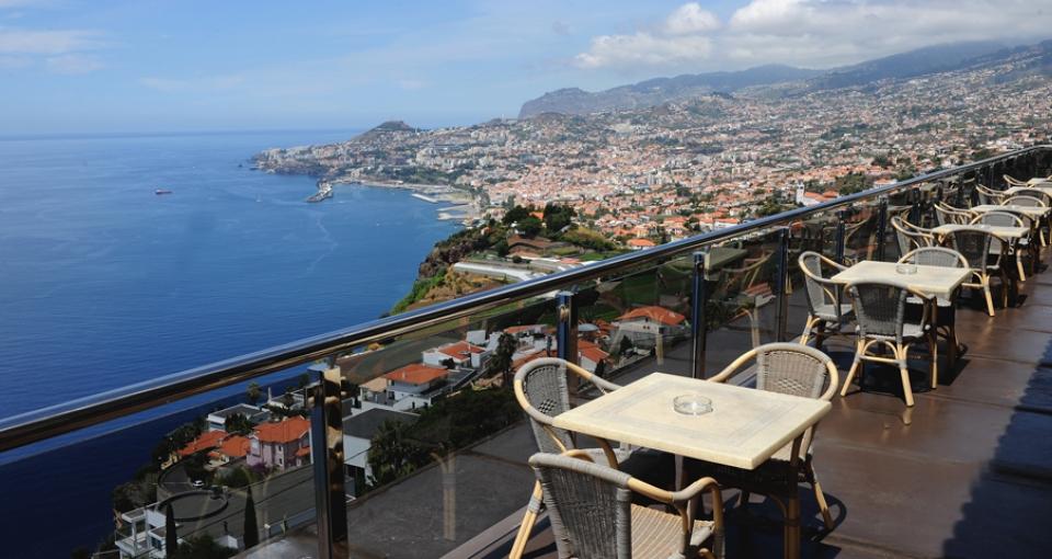 Morgenmad med udsigt over Atlanterhavet og Funchal.