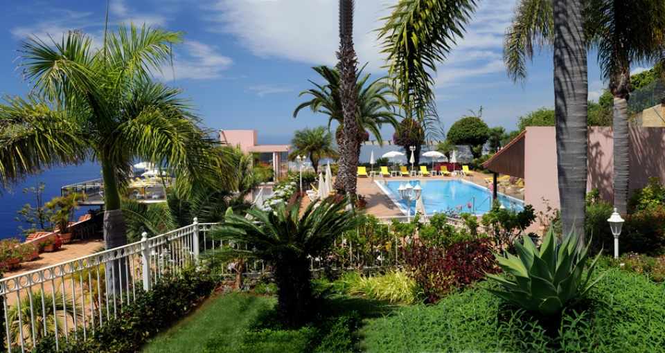 Hotellets flotte have med poolen i baggrunden.