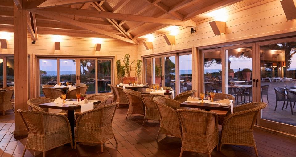 Hotellets stemningsfulde restaurant har udsigt til kysten.