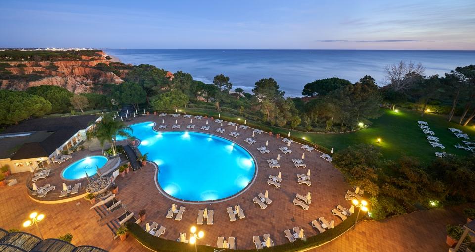 Hotellets poolområde set oppefra.