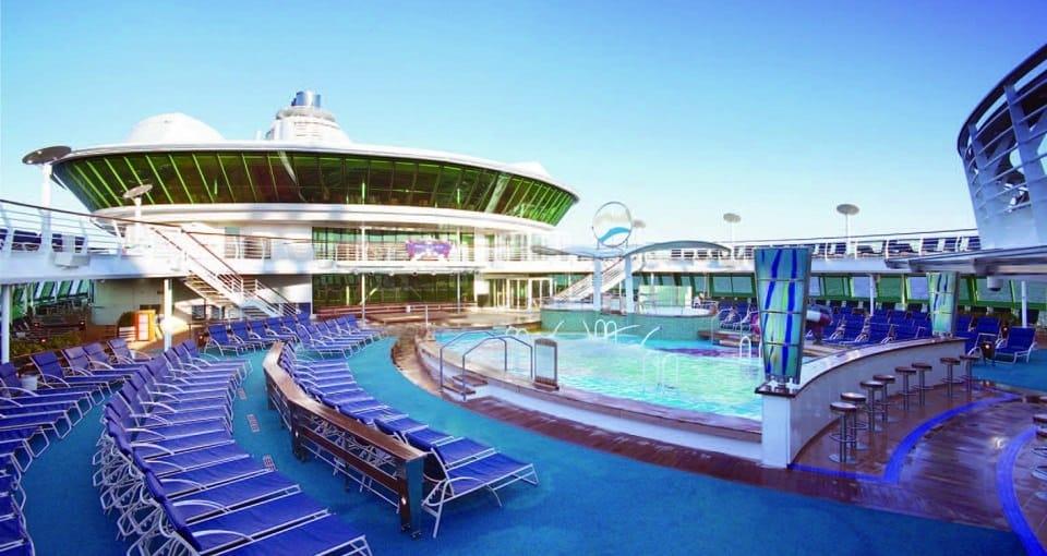 Soldækket og poolen på Serenade of the Seas.