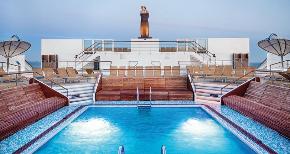 Udendørs pool på Celestyal Experience.